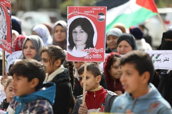 نساء الشعبية في وقفة تضامنية مع الأسيرات المناضلات في سجون الاحتلال